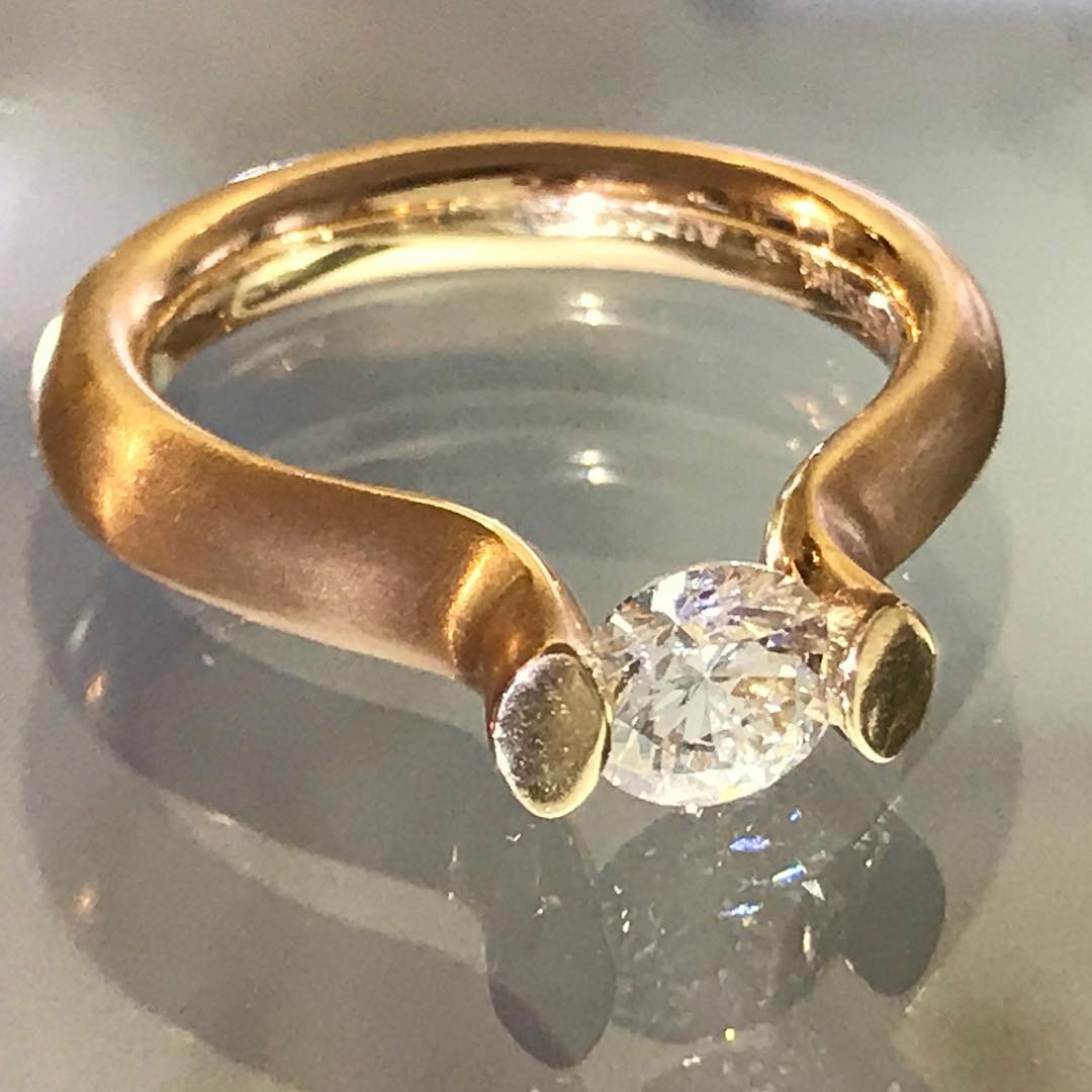 New arrival @galerie_elsavanier #redgold and diamond ring by #germanbrand @niessingjewelry Did you know? No setting. The stone is held in the ring band solely by the power of tension.  ______________ #tensionring #nosetting #solitaire #engagementring #niessing #galerieelsavanier #onlyinparis #willyoumarryme #weddingring #germanjewelry
